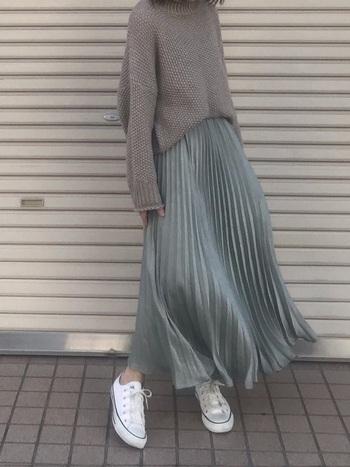 ロング丈のサテンスカート。ダークなグリーンの色味に見えますが、ドレープが風と光をうけて、美しいツヤのある表情を見せてくれます。  ワントーンに近いシンプルコーデですが、アクセサリーなどの小物がなくても、そのツヤ感がおしゃれを演出してくれます。