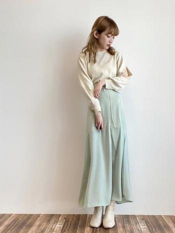 今年らしい淡いミントグリーンがキュートなサテンスカートコーデです。マットなテイストで、サテンスカート初心者さんでも取り入れやすいアイテムになっています。