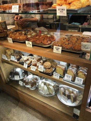 店内のショーケースには、マフィンやケーキ、クッキーなど焼き菓子が並びます。定番のものから季節限定の味まで、全部食べたくて選びきれない人は、テイクアウトという手もありますよ。