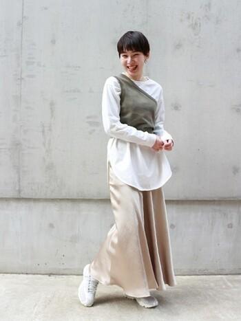 ポリエステル100%でふわりと軽い質感のサテンスカートです。深いスリットが入ったカットソーの裾ラインが美しく見えますね。トップスを上手に引き立ててくれるスカートです。
