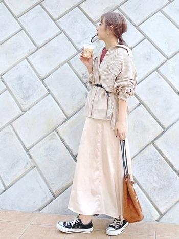 すこし裾が広がったマーメイドラインのサテンスカートは、ボリュームが出すぎず、すっきりとした着こなしを楽しめます。