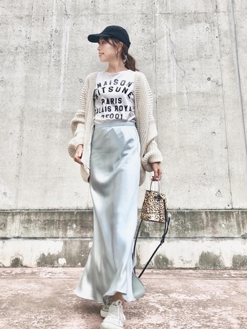 ほどよいマーメイドラインのサテンスカートは足のラインを美しく見せてくれます。裾にはスリットが入っているので、女性らしさと歩きやすさを両立してくれます。