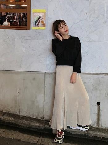 裾の広がりが緩やかなマーメイドスカートに、ごつめのスニーカーを合わせると、ぐっとスポーティーな印象に。トップスはコンパクトにして、スマートに仕上げています。