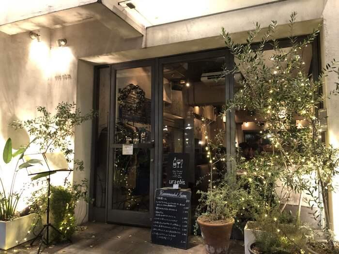 【ウラエビス】は恵比寿から代官山へ向かう裏路地にひっそりと佇むカフェレストラン。ランチメニューは夕方までオーダーできるので、遅めのランチでも時間を気にせずゆっくり味わえます。