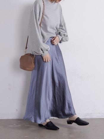 バルーンの袖が可愛らしい印象的なトップスに負けない存在感を放つ滑らかなサテンスカートです。同じ色味を使ったワントーンコーデでは質感の違いがとても重要。バランスよく仕上がっています。