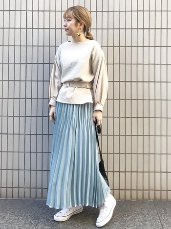 切り替えでプリーツが入ったユニークなデザインのサテンスカートです。他の人とはちょっぴり差をつけたいときにおすすめのデザインですね。