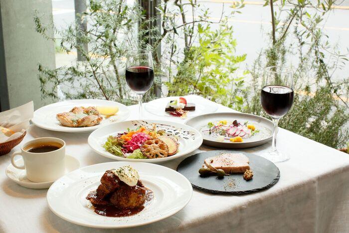 メニューはカジュアルなフレンチに自然派ワインが中心です。ランチにちょっと贅沢したいという人には、メインディッシュを選べるコース料理がおすすめ。休日ならワインを一緒にオーダーするのもいいですね。