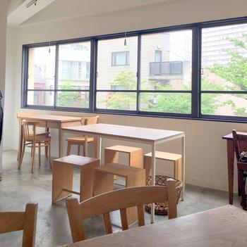 店内のインテリアはとってもシンプル。大きな窓がいっぱいに広がって、一人でもゆっくり寛げる落ち着きがあります。