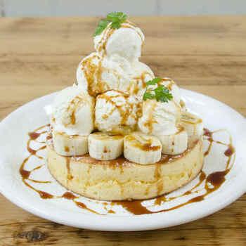 話題のパンケーキはトッピングの種類がいろいろ。かなりボリューミーで食べ応えばっちりです。期間限定メニューも登場するので、定期的に通うのもいいですね。
