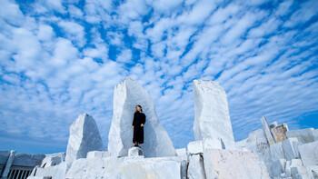 日本とは思えない撮影映えスポットとして人気を集める「未来心の丘」は、尾道市生口島の「耕三寺」の中にあります。全てイタリアから運ばれてきた大理石で作られた丘は白一色の世界。なぜお寺の中に…?と思うかもしれませんが、モニュメントの形と方角が仏の世界を守護する十二天にちなんでいるそう。