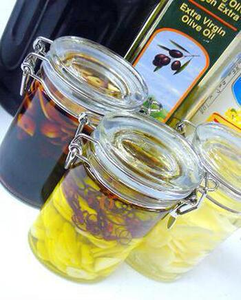 スライスしたにんにくは、みじん切りよりも穏やかな香りに仕上がるのが特徴です。  薄くスライスしたにんにくを、1.サラダオイルに漬ける。2.オリーブオイルに漬けて鷹の爪をプラス。3.醤油に漬けてガーリック醤油に。3通りのレシピが紹介されています。 ↓↓↓