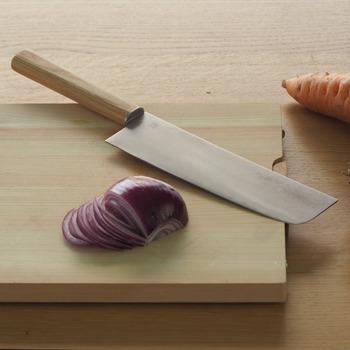 刃が四角いのが特徴で、名前の通り野菜を切るのに適しています。量の多い千切りやみじん切りも簡単にできますよ。大根の桂むきや面取りにも◎