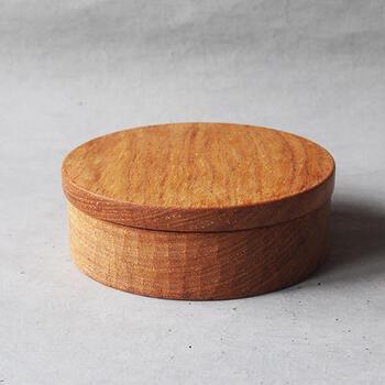 こちらも同じく丸型のお弁当箱ですが、こちらは沖縄のたま木工さんによる手彫りで作られています。手彫りならではの温かみが感じられ、長く大切に使いたくなってしまいます。