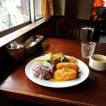 ランチタイムは日替わりのランチプレートが人気です。メインディッシュ・ご飯・サラダなどがワンプレートになっていて、バランスも◎。毎日通っても違うメニューを食べられるのが嬉しいですね。
