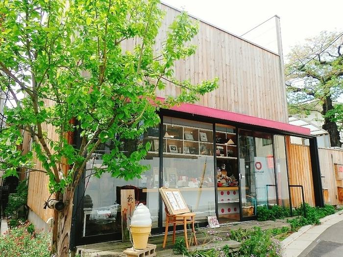 駒沢通り沿いにある【めぐたま】は、約5,000冊もの写真集を所蔵するちょっと珍しいカフェ。といっても、敷居の高いアート系のお店ではなく、大きなソフトクリームが目印の親しみやすい雰囲気です。