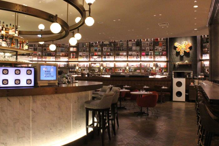 TSUTAYAとコラボしたブックカフェ「WIRED TOKYO 1999」。食事やお茶をしながら読書も楽しむことができる広々とした空間が魅力です。  同じフロアの本だけでなく、内階段でつながった下のフロアの本も読むことができますよ。