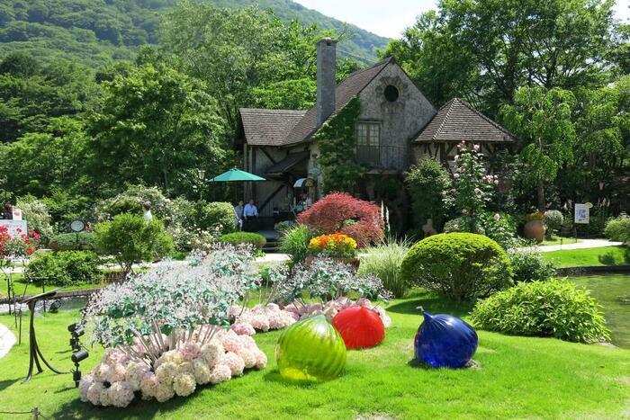 大涌谷を眺望する、四季折々の植物とガラスのオブジェが一緒に散策しながら楽しめる庭園。クリスタルガラスのアジサイ 「オルテンシア」や、モミノキ「アベーテ」など、太陽と風を浴びて輝く七色に反射するガラスの様子が幻想的です。他には、世界各国のガラス製品を集めたミュージアムショップやレストランもあって充実。ゆったり散策するのがおすすめです。