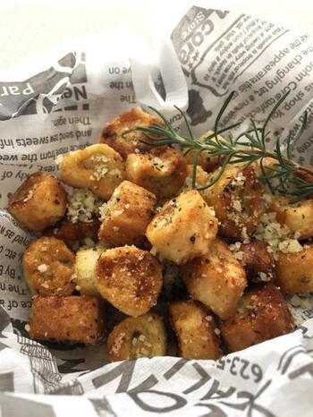 お麩にオリーブオイルを回しかけて、ハーブ、粉チーズや岩塩などを絡めてオーブンで焼くと、完成!簡単にイタリア風のクロスティーニがつくれます。  揚げていないのでヘルシー!おもてなしにも喜ばれるレシピです。