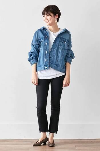 黒のタイトなパンツに、白のTシャツを合わせたメンズライクなコーディネート。ブルーのデニムジャケットは背中を抜いて、こなれ感をプラスしています。足元はパンプスで、女性らしさをアップ♪