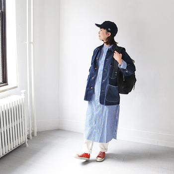 ブルー×ホワイトの爽やかなストライプ柄ワンピースに、ちょっぴり長め丈のデニムジャケットをコーディネート。白のワイドパンツに赤スニーカーで、カラーバランスのよいカジュアルコーデにまとめています。