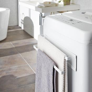 洗濯機につけて使う、タオルホルダーです。バスタオルやフェイスタオルだけでなく、バスマットや掃除用の手袋を干すスペースとして活用するのもおすすめ。バスタオルを掛ける場所に困っている方に、ぴったりのアイテムです。