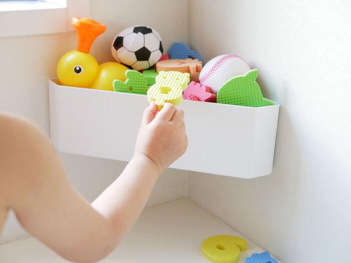 お風呂で使う子ども用のおもちゃを置きっぱなしにすると、カビや汚れの原因に。そんな時はコーナーにスッキリと収められるおもちゃラックを活用してみましょう。マグネットと吸盤の2タイプから取り付け方を選べるので、磁石対応の浴室ではなくても利用可能です。