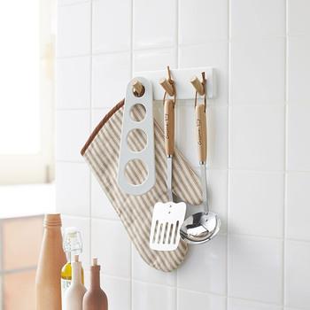 3連のツールフックは、さまざまな用途で使える便利アイテム。調理器具だけでなくエコバッグやエプロンなど、豊富な使い道が考えられそうです。冷蔵庫につけるのはもちろん、レンジフードやコンロ周りが磁石対応であればそちらにつけても◎。