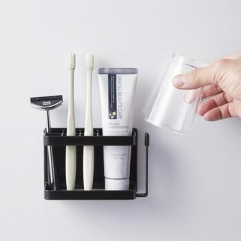 歯ブラシや歯磨き粉、かみそりなどの洗面セットを、壁にピタッと収納できるマグネット収納アイテム。ぬめりが気になるコップの置き場も確保できるので、バスルームや洗面台で大活躍してくれそうです。