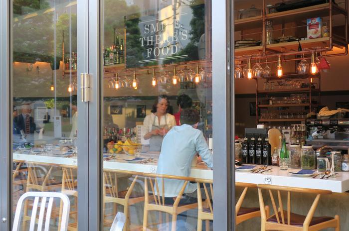 今回は、恵比寿で居心地の良いカフェをお探しの方のために、JR恵比寿駅西口方面・東口方面で分けて、おすすめカフェをピックアップ。ランチやお茶、仕事の打ち合わせや勉強など、いろいろなシーンで訪れたいお店をまとめてご紹介します。