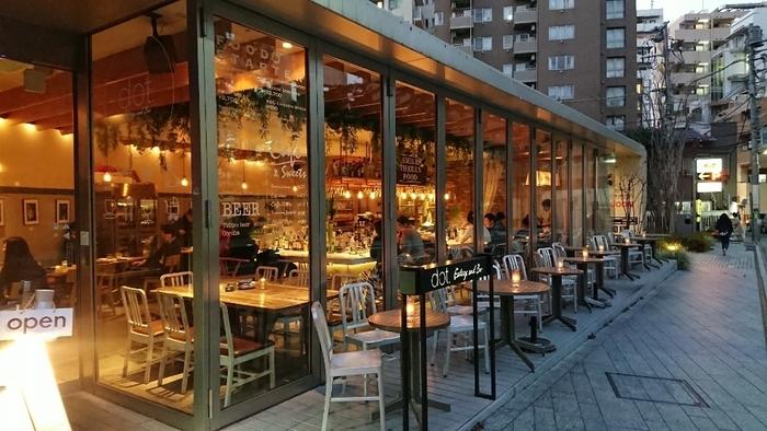【dot. Eatery and Bar】はアメリカの料理好きな女性が作る料理とリビングルームをコンセプトにしたカフェ&バー。恵比寿の街角で開放的なアメリカンスタイルの外観が目を引きます。