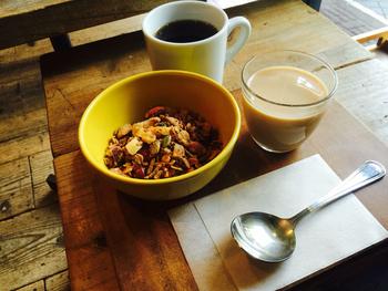 コーヒーとグラノーラのモーニングセットは常連さんにも人気のメニュー。カフェオレ・牛乳・ヨーグルトのいずれかをグラノーラにかけるのが猿田彦流です。