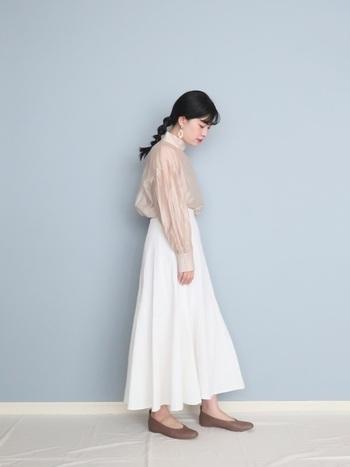 ふんわり柔らかなベージュのシアーシャツ×白デニムスカートのレディなコーデ。ボトムスインですっきり見せ、足元にシャツよりもワントーン濃いめのパンプスを合わせることで、ほんのり全体が引き締まります。