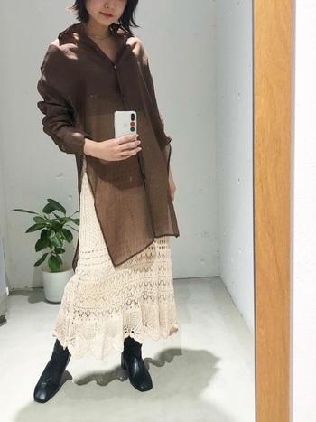 シックなブラウンのシアーシャツに、こちらも透け感のあるレースニットスカートを合わせ、かっこよさと女性らしさのバランスがうまく取れたスタイル。足元は黒のレザーブーツできゅっと引き締めて、より洗練された印象に仕上げています。