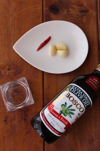 ●準備するもの ・にんにく&オリーブオイル ※好みのオイル ・必要なら鷹の爪、好みのハーブ ※水分が少ないローズマリーやタイム、パセリがおすすめ ・煮沸消毒した保存瓶  ●ポイント ・調理の前に食材の水分をキッチンペーパーでふき取る ・冷蔵庫に保存し、1-2週間ほどで使い切る ※庫内で白濁しますが、室温で元通りになります
