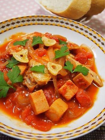 手羽先とトマトの旨味をしっかり吸い込んだ高野豆腐が入った「カチャトーラ」。量増しにもなるのでダイエット中の方にもおすすめの一品です。