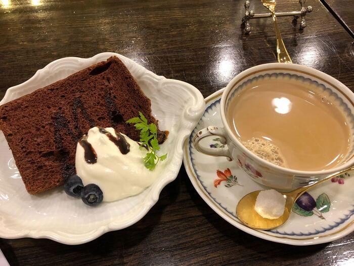 【備屋珈琲店】はスイーツの種類が多いのも大きな魅力です。シフォンケーキ・チーズケーキ・ホットケーキなどに加え、クリームあんみつや白玉ぜんざいなどの和風甘味もいろいろ。コーヒーとの意外な組み合わせを楽しめます。
