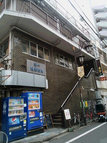 【ロジェ カフェ】は恵比寿駅から徒歩約3分という距離にありつつ、外からは目立たない隠れ家的な雰囲気もあるお店。タイル貼りの古びた雑居ビルが目印です。