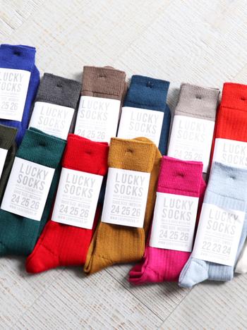 昔ながらの製法で丁寧に作られている快適靴下です。オーストラリア産のエクストラファインウールを表糸の46%に使用し、温かく滑らかな肌触りを実現しています。