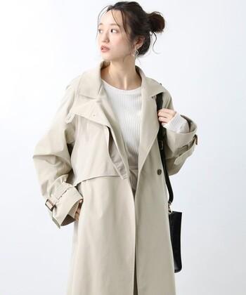 春の定番アウター、「トレンチコート」。定番であるがゆえに着こなしやコーデも【定番化】していませんか?とはいえ、羽織るだけでお洒落度がアップする優秀アイテムであることに違いありません。  今期もたくさん着たい!という方のために、今回は旬なトレンチコートと、トレンチコートの新しい着こなしと着こなしのコツをご紹介します。