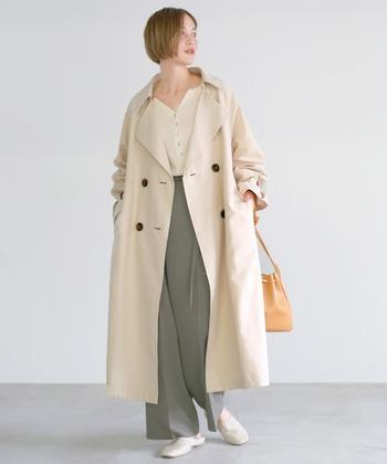 優しいアイボリーのトレンチコートには、馴染みやすいグレーのワイドパンツを合わせてコントラストを楽しみましょう。差し色はバッグで取り入れて。