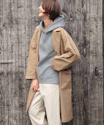 張りのあるトレンチコートにパーカーを合わせて、メンズライクな着こなしに。実はトレンチコートの質の良さが際立つ着こなし方でもあるんです。