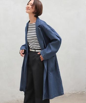 ブリーチ加工が施され、ヴィンテージデニムさながらのトレンチコート。カジュアルな印象ながらかっちりとした襟のあるトレンチコートは、綺麗めにも着こなすことが出来ます。
