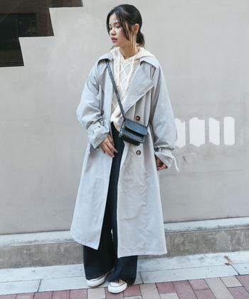 袖口にボリュームのある、肩が落ちたオーバーサイズデザインのトレンチコート。ライトブルーの色合いも今年らしく、淡い色なのにクールな雰囲気にもなる1着です。あえてカジュアルに着こなして。