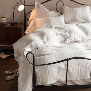 淡いトーンのストライプは、ホワイト部分はワッフル織り、ベージュ部分はツイル織りと、生地の織り方と、糸の色合いを変えて立体感ある仕上がりに。シンプルながら上質感たっぷりの空間になります。