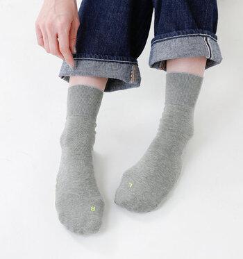 人間工学に基づいて作られた足に優しい靴下です。つま先部分が左右非対称にできていて、すんなりと足にフィットしてくれる。左右が分かるようにLRのマークがついています。