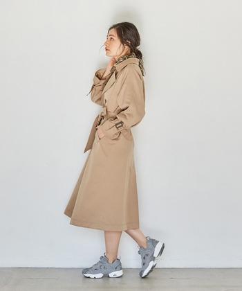 普段は羽織る感覚で着ているトレンチコートも、前を閉じ、ウエストをきゅっと縛ってワンピース感覚で着てみるとかなり新鮮です。足元はスニーカーで外しましょう。