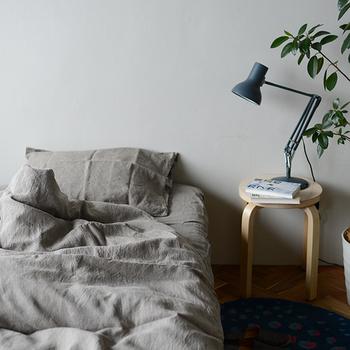 吸湿・発散にすぐれたリネンは寝具に最適の素材です。上質なリネン100%の寝具は、肌に触れるサラサラとした心地よさはもちろん、シワ感が織りなす陰影まで風合いとして楽しめます。ほっと落ち着く空間を作りたい方におすすめです。