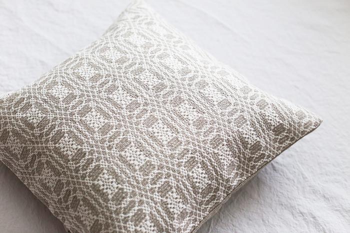 手織りの繊細なパターンにため息が出そうな,美しいクッションカバー。とっておきの椅子に無造作に置くだけで、そこが特等席になります。