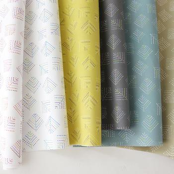 刺繍のようなドットの点線で綴られた柄が、シンプルで幾何学的、ちょっと和の印象もある「kareha」。カラー展開が豊富なので、さまざまな雰囲気に応用できます。すっきりした大人の可愛らしさを演出したいスペースに。