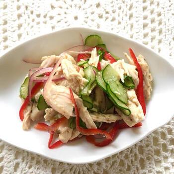 赤ピーマンや紫玉ねぎを使った、見た目も華やかなサラダ。あらかじめサラダチキンにお酢とオレガノをマリネしておくと、本格的なイタリアン風のサラダが完成します。